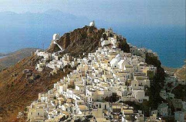 Παραδοσιακός οικισμός των Κυκλάδων , στη Σίφνο – μόνο οι εκκλησίες ξεχωρίζουν από το σύνολο (πηγή: Ν. Κ. Μουτσόπουλος,«Ελλάς – Παραδοσιακή αρχιτεκτονική των Βαλκανίων », Εκδόσεις«Μέλισσα», Αθήνα 1993).